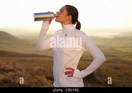 Läufer Trinkwasser in ländlichen Landschaft - Stockfoto