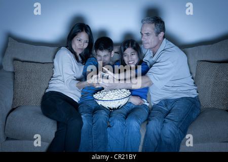 USA, California, Los Angeles, Familie auf Sofa sitzen und Fernsehen - Stockfoto