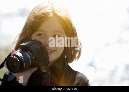 Lächelnde Mädchen fotografieren im freien - Stockfoto