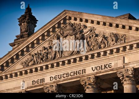 Reliefs auf columned Gebäude - Stockfoto