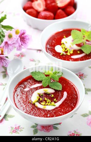 Erfrischende kalte Erdbeer-Suppe für heiße Sommertage - Stockfoto