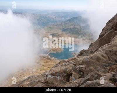 Llyn Llydaw erscheint durch die Wolke auf eine Besteigung des Crib Goch, der erste Gipfel der klassischen Snowdon - Stockfoto