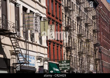 Feuer auf den Aufbau von Fronten, Lower East Side NYC entweicht - Stockfoto