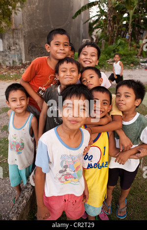 Philippinische Kinder spielen im Feld. Lapu-Lapu City, Metro Cebu Mactan Island, Visayas, Philippinen. - Stockfoto