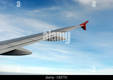 Rechter Flügel, Airbus A 319 im Flug über Wolken