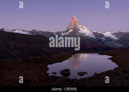 Mt-Matterhorn spiegelt sich in Stellisee See vor Sonnenuntergang, Zermatt, Kanton Wallis, Schweiz, Europa, PublicGround - Stockfoto