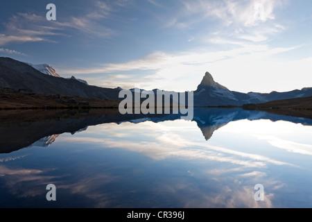 Kurz nach Sonnenuntergang spiegeln sich die Mt-Matterhorn, Mt Klein Matterhorn und Mt Breithorn in den Stellisee - Stockfoto