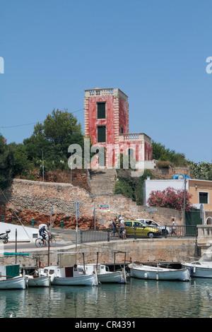 Gebäude mit einer roten Fassade im Hafen von Ciutadella Menorca, Spanien, Europa - Stockfoto