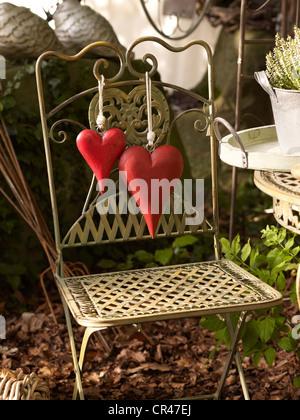 Rote Herzen auf einen Handwerkermarkt bei einem Gartenfest auf Schloss Buedingen, Hessen, Deutschland, Europa - Stockfoto