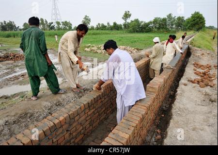 Baustelle des einen Bewässerungskanal, Basti Lehar Walla Dorf, Punjab, Pakistan, Asien - Stockfoto