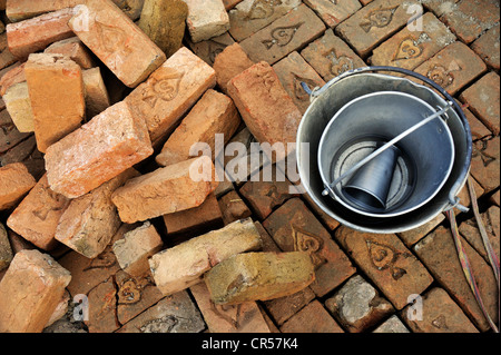 Ziegel, Becher und Wasser Eimer, Baustelle eine Bewässerung-Kanal, Basti Lehar Walla Dorf, Punjab, Pakistan, Asien - Stockfoto