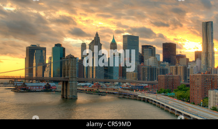 Brooklyn Brücke überspannt den East River in Richtung Manhattan in New York, New York, USA. - Stockfoto