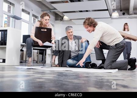 Deutschland, Bayern, München, Mann, Plan, Kolleginnen und Kollegen im Büro zu erklären - Stockfoto