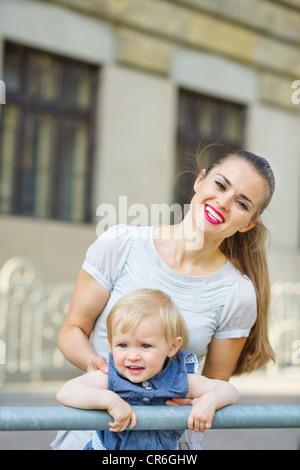 Porträt von Mutter und Baby in Stadt Stockfoto