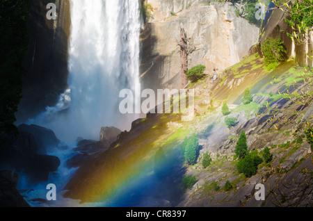 Vernal Falls und Wanderer auf den Spuren von Nebel, Yosemite-Nationalpark, Kalifornien USA - Stockfoto