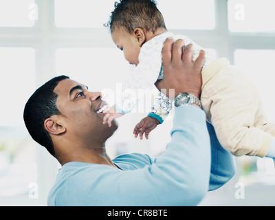 Vater anhebende Baby boy - Stockfoto