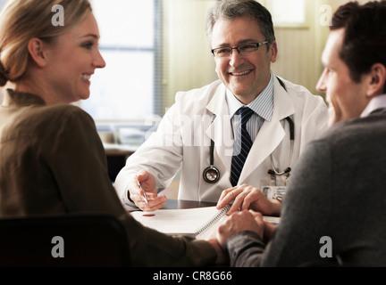 Junges Paar in der Arztpraxis erhalten gute Nachricht