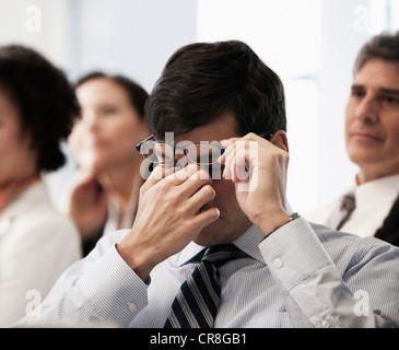Müde Augen reiben Geschäftsmann - Stockfoto