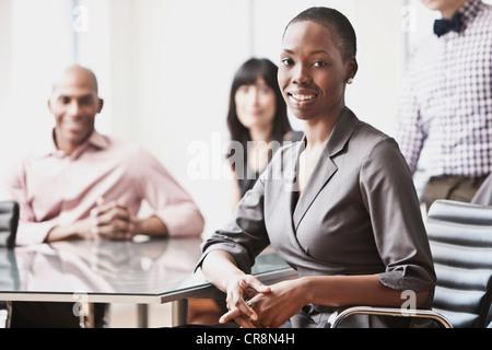 Porträt der Geschäftsfrau mit Kollegen im Hintergrund - Stockfoto