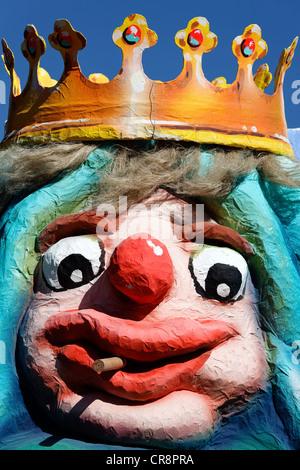 König mit einer Krone mit einem komischen Mimik raucht Zigarillos, Pappmaché Figur, Parade Float auf der - Stockfoto
