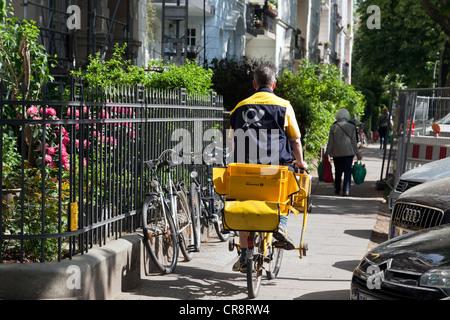 Postbote auf dem Fahrrad in Eppendorf Bezirk, Hamburg, Deutschland, Europa - Stockfoto