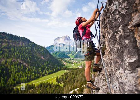 Klettersteig Wolkenstein : Kletterer an der stevia klettersteig im langental tal selva val