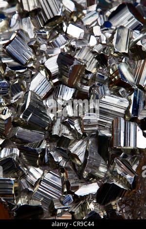 Pyrit, Kristall-Block. Pyrit ist auch bekannt als Pyrit oder ...