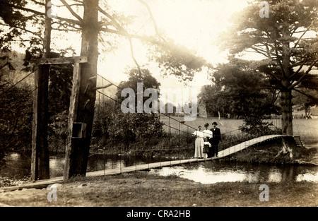 Familie von vier Personen auf der Hängebrücke - Stockfoto