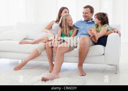 Familie entspannende zusammen auf sofa - Stockfoto