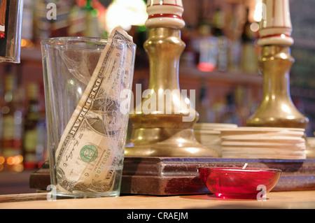 Tipps in einem Tipp-Glas in einer bar - Stockfoto