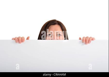 Junge Geschäftsfrau auf der Suche hinter Tisch - Stockfoto