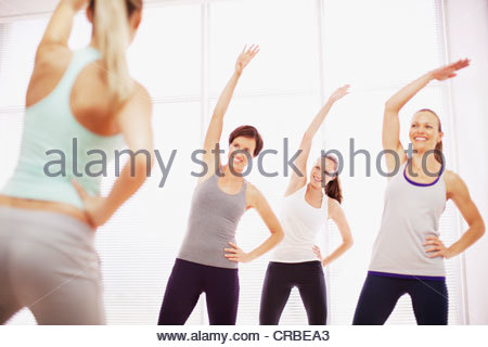 Frauen mit Übung erhobenen Armen - Stockfoto
