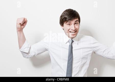 Geschäftsmann im Büro jubelt - Stockfoto