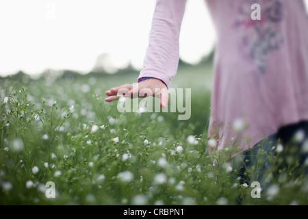 Mädchen in Blumenwiese - Stockfoto