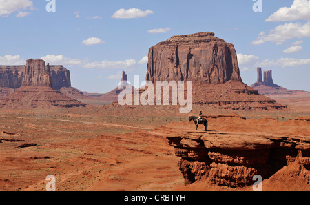 Aussichtspunkt John Ford Point, Tourist auf dem Pferderücken, East Mitten Butte, West Mitten Butte, Merrick Butte, Schloss Butte, Bär und