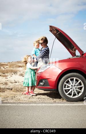 Familie kaputt Auto sitzen - Stockfoto