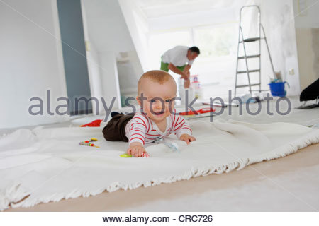 Baby krabbeln auf Teppich im neuen Zuhause - Stockfoto