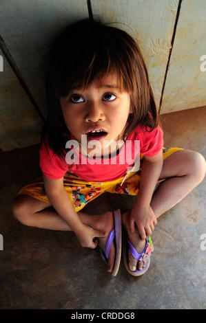 Asiatin nachschlagen, Kambodscha, Südostasien, Asien - Stockfoto