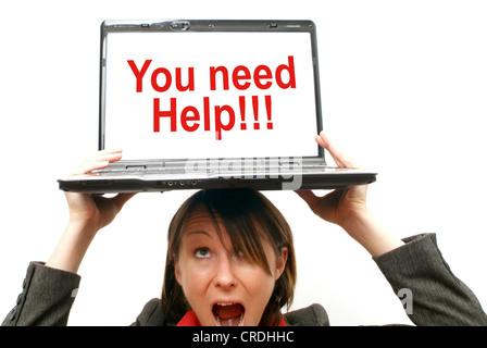 Geschäftsfrau mit Laptop auf Kopf, symbolisch für Sie Hilfe benötigen - Stockfoto