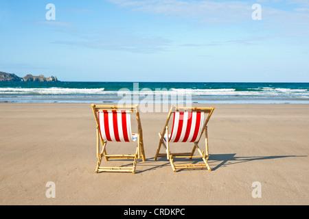 Zwei leere Liegestühle am Strand, Camaret-Sur-Mer, Finistere, Bretagne, Frankreich, Europa - Stockfoto