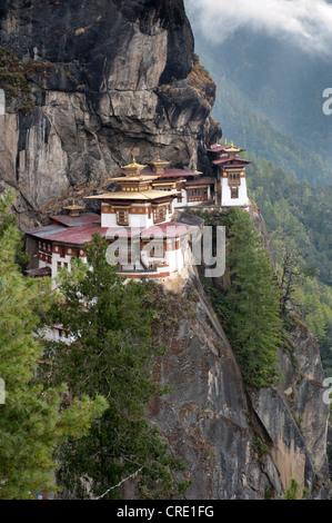 Tibetischen Buddhismus, Taktsang Palphug Kloster auf einem Felsen stehen, auch bekannt als The Tiger Nest in der - Stockfoto