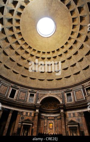 Innenansicht der Kuppel des Pantheon, UNESCO-Weltkulturerbe, Rom, Lazio, Italien, Europa - Stockfoto
