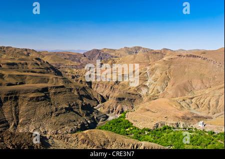 Canyon-artigen Berglandschaft mit einem Haus und eine Fluss-Oase mit Bäumen und Feldern, Atlasgebirge, Marokko - Stockfoto