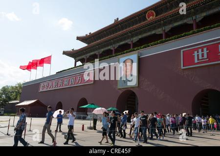 Tor des himmlischen Friedens mit Porträt des Vorsitzenden Mao Zedong, am Eingang zur verbotenen Stadt, Tiananmen - Stockfoto