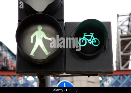 grünes Licht für Fußgänger und Radfahrer in Glasgow Schottland, Vereinigtes Königreich - Stockfoto