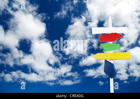 Ein blauer Himmel übermalt Holz Hinweisschilder - Stockfoto
