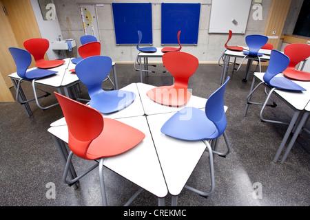 st hle auf dem schreibtisch in einem klassenzimmer in einer schule in straubing bayern. Black Bedroom Furniture Sets. Home Design Ideas