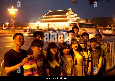 Chinesische inländische Touristen haben sich fotografieren außerhalb der verbotenen Stadt in Platz des himmlischen - Stockfoto