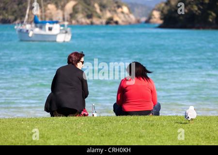 Zwei Damen am Ufer - Bay of Islands, Neuseeland 2 - Stockfoto