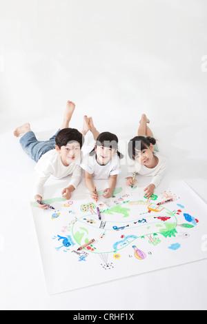 Kleine Jungen und Mädchen malen - Stockfoto
